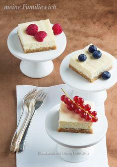 New York-Cheesecake-Schnitten / Herrlich cremig, nicht zu süß und zum Dahinschmelzen lecker. Dieser Kuchen ist auch eine Spezialität der gebürtigen Amerikanerin Cynthia Barcomi.  Sie führt in Berlin zwei Kult-Cafés und schreibt seit Jahren erfolgreiche Backbücher. Eine Kostprobe ihres Könnens lieferte sie dieses Jahr beim Gala-Menü zum Supermarkt des Jahres '16. Rezept:  http://www.meine-familie-und-ich.de/node/580