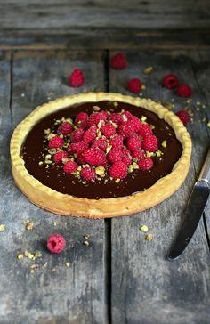 Dark Chocolate, Raspberry and Pistachio Tart Recipe Sweet Pie, Sweet Tarts, Tart Recipes, Sweet Recipes, Raspberry Tarts, Fruit Tarts, Sweet Like Chocolate, Amazing Food Photography, Gourmet