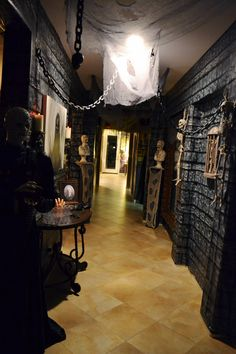 Could I possibly use scene setters and props to make my closed in patio/porch look like this?! Ahhhh..... Check more at http://blog.blackboxs.ru/category/halloween/