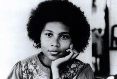 C'est un classique du féminisme noir. Écrit en 1981 par l'Américaine bell hooks, « Ne suis-je pas une femme ? » vient d'être traduit en français. Une publication majeure, à l'heure où s'affirme en France un mouvement afro-féministe… Il aura fallu trente-quatre ans pour qu'il traverse l'Atlantique et parvienne jusqu'à nous. Un voyage que l'on doit aux éditions Cambourakis, qui ont publié en septembre « Ne suis-je pas une femme ? », de bell hooks. Voilà qui vient combler un manque. Car si…