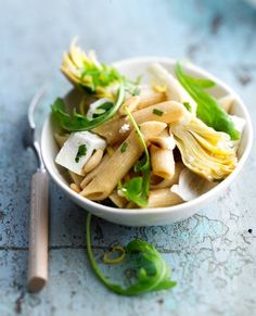 To start the meal, make this pasta salad recipe with artichokes and feta. Artichoke Recipes, Pasta Salad Recipes, Feta, Penne, I Foods, Food Photography, Stuffed Peppers, Healthy Recipes, Ethnic Recipes