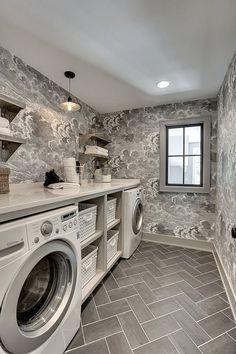 #lavaderos  #ruedigerbenedikt Me encanta este espacio, con el papel pintado a juego del suelo. El tono gris claro transmite limpieza y da la sensación de un espacio muy ordenado. Para crear un lavadero perfecto, es muy importante no solamente cuidar la distribución. Los colores y materiales para los muebles juegan un papel muy importante también.