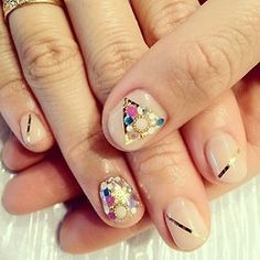 check http://hana4art.tumblr.com lot of beautiful nail art design <3