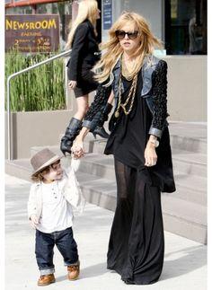 RACHEL ZOE  LOOK DE STAR GLAMOUR  La styliste américaine est resplendissante dans cette robe noire accompagnée de son fils tout aussi stylé !
