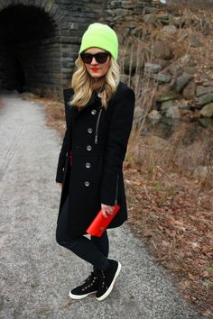 The ultimate foundation for a neat and elegant outfit? A black coat with black leather skinny pants. Why not take a more relaxed approach with shoes and add a pair of black suede high top sneakers to your ensemble? Sneakers Looks, High Top Sneakers, Yellow Beanie, Black Leather Crossbody Bag, Crossbody Bags, Red Leather, Pantalon Slim, Elegant Outfit, Skinny Pants