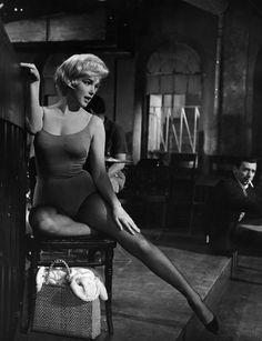 """IlPost - Marilyn Monroe (e Yves Montand sul fondo) nel 1960 durante una scena del film """"Facciamo l'amore"""" (L. J. Willinger/Getty Images) - Marilyn Monroe (e Yves Montand sul fondo) nel 1960 durante una scena del film """"Facciamo l'amore"""" (L. J. Willinger/Getty Images)"""