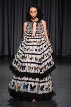 Mary Katrantzou Spring 2019 Ready-to-Wear Collection - Vogue Mary Katrantzou, Vogue, Runway Fashion, High Fashion, London Fashion, Dress Fashion, Butterfly Fashion, Butterfly Dress, Style Haute Couture