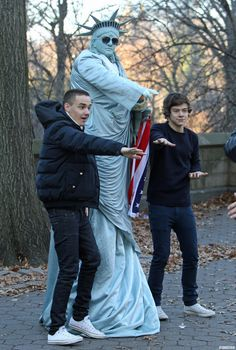 Harry & Liam dancing with the Statue of Liberty impersonator outside of Central Park Fetus One Direction, One Direction Humor, One Direction Pictures, I Love One Direction, Liam Payne, Foto Twitter, Normal Guys, Harry Edward Styles, Family Show