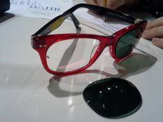 Iată că necesitățile persoanelor care poartă ochelari de vedere nu sunt ignorate. Cei de la Einschleifservice BAHR au avut o nouă perspectivă asupra lentilelor de soare atașabile. Prin atașarea a doi magneți (cu diametru de 1,6 mm) pe lentila cu dioptrie , ei pot produce pentru fiecare pereche de ochelari de vedere cu lentile din plastic, lentile de soare cu prindere magnetică.