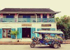 走るトゥクトゥク ルアンパバーンの街角 #ラオス#2016 . . . #ルアンパバーン#風景#景色#街並み#街角#街歩き#トゥクトゥク#東南アジア#海外旅行#旅好き#laos#luangprabang#streetcorner#stroll#tuktuk#blue#landscape#scenery#travellaos#travelasia#travelphoto#travelpic