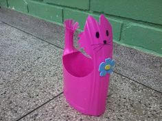 Detergent bottle planter, water via the handle. - arte, reciclagem e reaproveitamento: Setembro 2012 Plastic Spoon Art, Reuse Plastic Bottles, Plastic Bottle Crafts, Recycled Bottles, Recycled Art, Milk Jug Crafts, Fun Crafts, Diy And Crafts, Painted Plant Pots