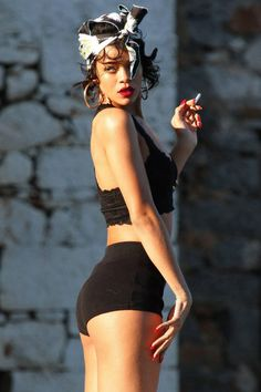 Picture of Rihanna Mode Rihanna, Rihanna Riri, Rihanna Style, Beyonce, Rihanna Looks, Bad Gal, Women Smoking, Held, Looks Cool