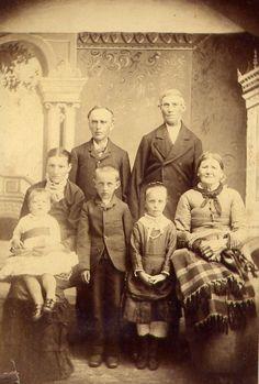 Bertha, hennes mor Emelia, far Henry Hacker och barnen Will, Mary, Louise och Carl Haderth.