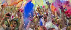 Besucher des Holi Open Air in Berlin bewerfen sich mit Farbpigmenten. Ursprünglich wird das Festival in Nord-Indien gefeiert und die Anwesenden bestreichen oder bestreuen sich mit Farbpulver und feiern ausgelassen.
