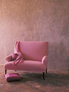 Ροζ love seat. Αφιερωμένο στον αγώνα κατά του καρκίνου του μαστού, με την ροζ κορδέλα