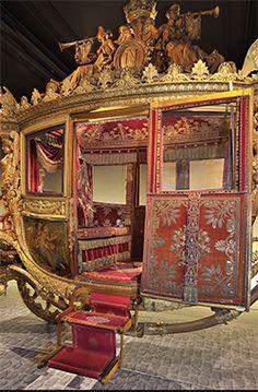 Carrosse. L'invention du « carrosse moderne » est attribuée à Jean Le Pautre qui le met au point à Paris dans les années 1660.
