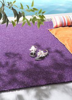 Alfombras KP que por su amplio colorido (12 colores que van desde el azul atlántico, el verde lima, blanco, bronce, los tonos grises...) pueden ser usadas como alfombras  para interiores, tipo habitación de los niños, porche, una entrada, ... Como para alfombras de  exteriores,  la terrazas, jardines, porches, pie de piscina... Las posibilidades son infinitas.