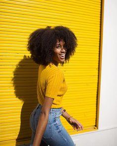 Destaca a pele negra, ilumina as loiras, contrasta com o cabelo das morenas e alegra o visual das ruivas. Amarelo é, sim, pra todo...