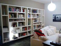 Una maxi libreria fatta di mensole. Orizzontali e verticali - Cose di Casa