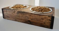 Rustic dog bowl stand made from reclaimed pallet by ElmwoodLane Dog Food Bowls, Pet Bowls, Dog Feeding Station, Raised Dog Bowls, Pallet Dog Beds, Diy Dog Bed, Food Stations, Dog Feeder, Dog Items
