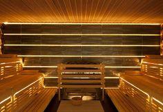 Professionelle Design-Sauna mit hinterleuchteter Steinwand. (De corso sauna manufaktur gmbh)