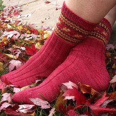 Welcome! Here are the patterns October Leaves Sock. There are 2 PDF files.