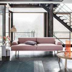Canapé rose tout doux pour une ambiance #tendance #scandinave 💕 Muuto porpose sa collection de canapés confortables et modernes à vous couper le souffle !! Living Room Sofa, Living Spaces, Living Rooms, Muuto Sofa, Sofa Design, Interior Design, Buy Sofa, Luxury Sofa, Contemporary Sofa