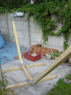 Bon, c'est bien beau le travail à l'intérieur, mais l'envie nous démanger de construire un support pour le hamac que j'ai eu à mon anniversaire ! Après avoir repérer les supports en bois sur le net, on a vu à peu près comment construire le notre. Et c'est...