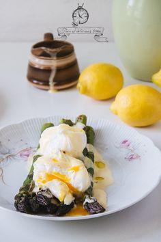 Grillowane szparagi z jajkiem w koszulce i sosem holenderskim