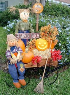 Love the cart design with seasonal décor.hay bales, pumpkins, fall colored silk flowers and leaves, Pumpkin Patch sign, small rake and of course Mr. Such a pretty scene for Halloween! Halloween Chat Noir, Casa Halloween, Halloween Crafts, Halloween Ideas, Outdoor Halloween, Halloween 2014, Harvest Decorations, Thanksgiving Decorations, Halloween Decorations