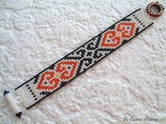 mooie kleine Manchet armband etnische patronen wervelingen in witte kraaltjes, iriserende sinaasappelen en zwart kant bij de hand geweven. Het meet 17,5 cm gesp House opgenomen, en 2,3 cm breed. Dank u voor uw bezoek.