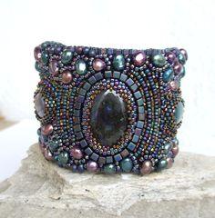 Púrpura con cuentas pulsera del grano bordado Cuff Por RedTulipDesign