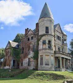Ouerbacker Mansion, Louisville Ky. She's always been my dream!! And one of the best things about it is the Amazing grave yard across the street from her. All of the beauty behind the dirt and rot. All of those hand carved stones and arch ways! Homes are not made this way anymore and never will be again. What I wouldn't give to just walk around and inside and see it!