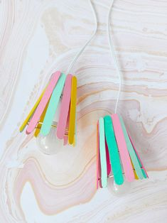 Turn popsicle sticks into these playful DIY lamps!