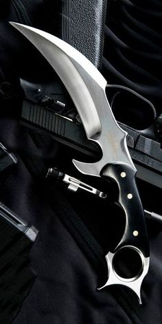 Pretty Knives, Cool Knives, Knives And Swords, Benchmade Knives, Tactical Knives, Ninja Weapons, Weapons Guns, Armas Wallpaper, Survival