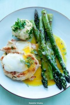 Grilled chicken fillets with melted cheese and asparagus Grilled Chicken, Asparagus, Main Dishes, Healthy Recipes, Delicious Recipes, Healthy Food, Food Photography, Food Porn, Food And Drink