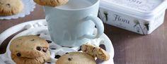Προθερμαίνουμε τον φούρνο στους 180°C και στρώνουμε χαρτί σε δύο ταψιά ψησίματος. Χτυπάμε με σύρμα μέσα σε μπολ τη ζάχαρη με το Flora και το φιστικοβούτυρο, μέχρι να...
