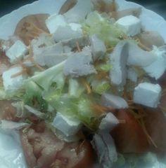 Ensalada de pollo con tomate label, zanahoria, queso ......De Tahona Artesanal Gourmet Bilbao.