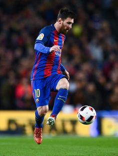 Lionel Messi of FC Barcelona runs with the ball during the Copa del Rey round of 16 second leg match between FC Barcelona and Athletic Club at Camp Nou on January 11, 2017 in Barcelona, Catalonia.