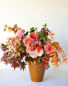 Gardening Autumn - Autumn leaves with garden rose, gorgeous arrangement - With the arrival of rains and falling temperatures autumn is a perfect opportunity to make new plantations Fall Flowers, Beautiful Flowers, Wedding Flowers, Autumn Wedding, Wedding Summer, Wedding Centerpieces, Centerpiece Ideas, Floral Centerpieces, Floral Arrangements