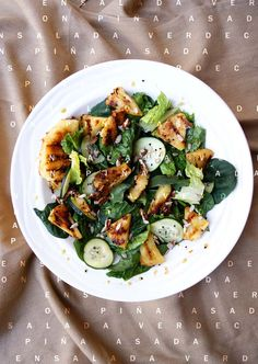 Fresca ensalada verde con piña asada, nuez y vinagreta casera.