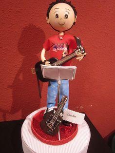 Fofucho guitarrista. Todo en goma eva pintado a mano. Detalle de la camiseta, atril, partituras....  elenamartinlopez.blogspot.com