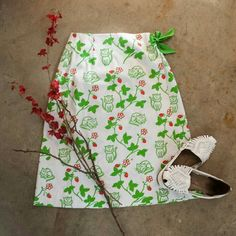 VINTAGE . kitty + strawberry skirt . size small . vintage 1970s . orvis + vested gentress . size 8 (26 inch waist)  . knee length . wrap skirt . white, novelty print cotton  . excellent condition! Skirts