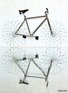 """자전거의 이름은 ..'와우바이크' 건축가 론 아라드의 설계에 의한 ..18개의 강철판을 말아서 만든 """"강철바퀴""""가 특징 ! 강철 바퀴의 승차감은 .. 탄성은 높은 강철로 만들어져 보기와는 달리 안락하고, 고속으로 달릴 수 록 움직임이 부드러워 집니다 그런데 ..의문점은 ??? 브레이크를 잡으면 ..미끄러질 것만 같다는 생각입니다 ㅋㅋ 아뭏든 .. 엘튼존 에이즈 재단을 위한 기금마련을 위해 자선경매 한다는 소식입니다 .."""