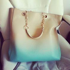 Bolso de color beige con efecto degradado en azul turquesa.