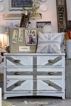 Union Jack dresser makeover by My Sweet Savannah (inspired by Miss Mustard Seed) My Furniture, Furniture Projects, Furniture Makeover, Painted Furniture, Diy Projects, Furniture Inspiration, Painting Inspiration, Shabby Chic Union Jack, Union Jack Dresser