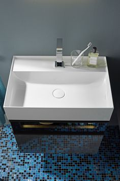 Mineral cast washbasin Burgbad Yumo: thin edges and soft transitions, with semi wet surfaces on different levels. Created by nexus product design.