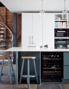This fabulous barn conversion is full of character with the right balance of modern additions, making it the ideal setting for the Pure handleless kitchen from John Lewis of Hungerford.  Oak worktops complement the oak barn structure and beams, whilst the blue colour palette runs from the cabinets to the stools, to the supporting steels. It just shows how when the design is right, a modern kitchen can look perfect in a more rustic setting.