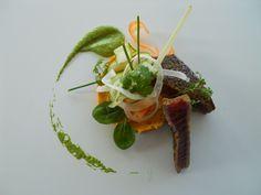Idée recette de la Cave Beetschen entrée gastronomique poisson pavé de thon et parpardelle de légume croquant émulsion de basilic et purée de patate douce au gingembre