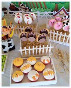 Cookies and cupcakes Farm Animal Party, Farm Animal Birthday, Farm Birthday, Party Animals, 2nd Birthday Parties, Farm Themed Party, Barnyard Party, Farm Party, Farm Cake